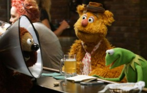 Kermit and Fozzie drink at Rowlf's bar.