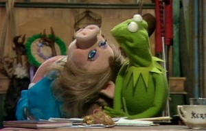 Piggy swoons for her Kermie.